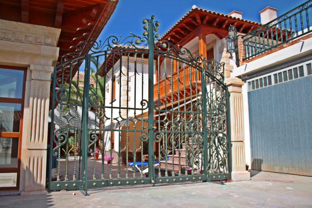 Cancela de Forja Artística. Luis XV Los Yebenes (Toledo)-min