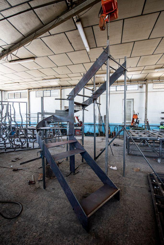 Escalera de forja de Diseño en perfiles macizos (3)
