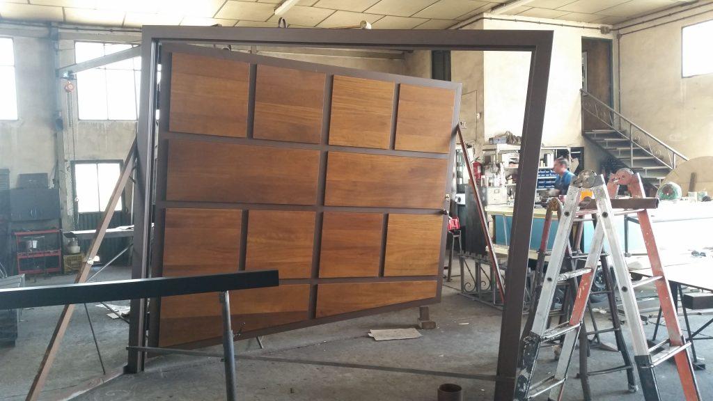 Puerta de Hierro y madera-min